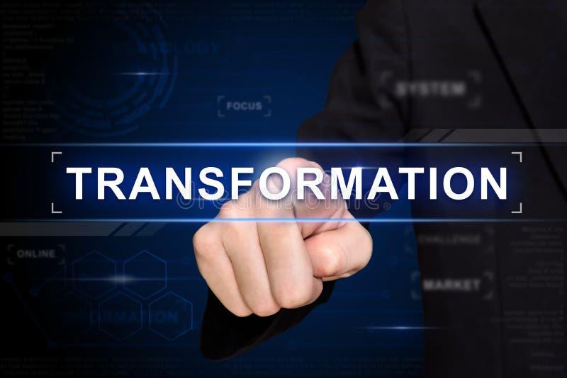 Mão do negócio que empurra o botão da transformação na tela virtual imagem de stock