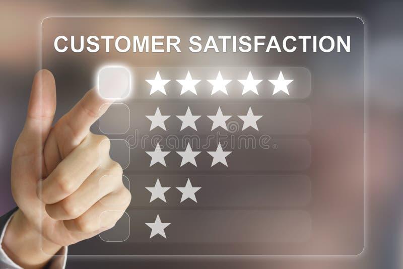 Mão do negócio que empurra a satisfação do cliente na tela virtual foto de stock