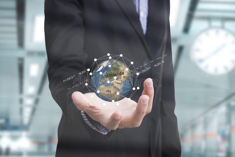 Mão do negócio que guarda a inovação do negócio do conceito da terra do globo imagem de stock