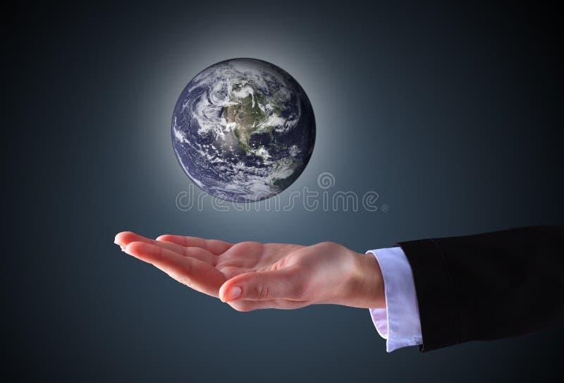 Mão do negócio que guarda o globo fotografia de stock royalty free