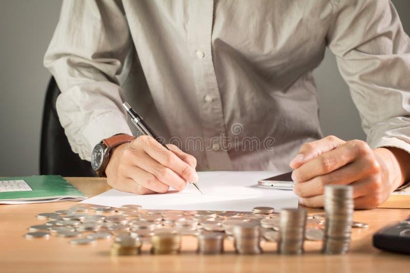 Mão do negócio que guarda uma pena na tabela com uma medalha que reconhece o fundo claro do negócio da computação e do por do sol fotos de stock royalty free