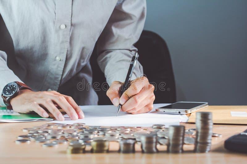 Mão do negócio que guarda uma pena na tabela com uma medalha que reconhece o fundo claro do negócio da computação e do por do sol foto de stock