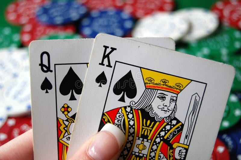 Mão do póquer com microplaquetas imagens de stock