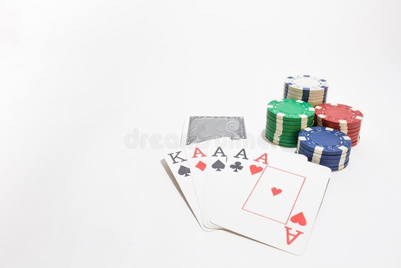 Mão do pôquer, quatro ás, microplaquetas no fundo branco imagens de stock royalty free