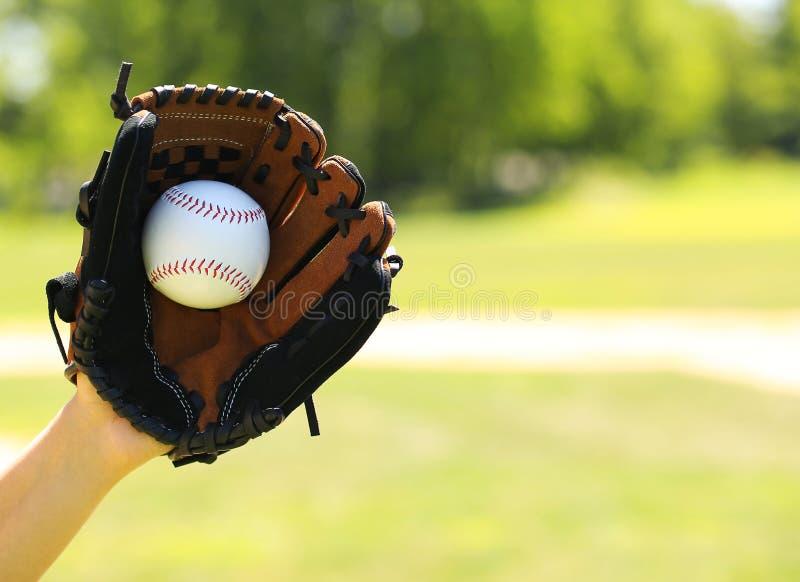 Mão do pagador do basebol com luva e bola fotografia de stock royalty free