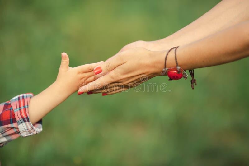 Mão do pai e da criança fotos de stock royalty free