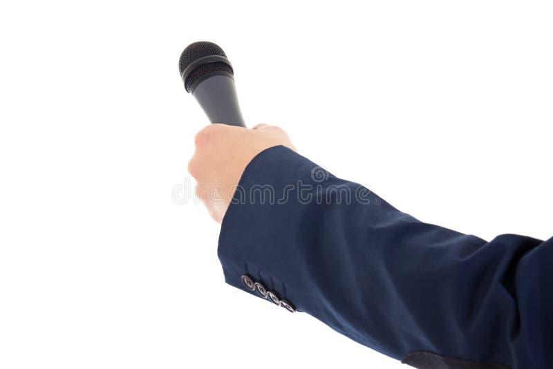 A mão do repórter que mantém um microfone isolado sobre o branco fotografia de stock royalty free