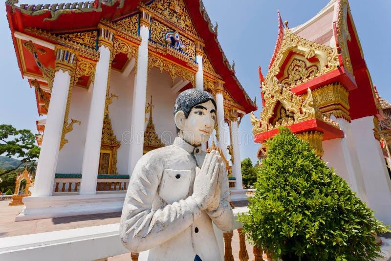 Mão do respeito da escultura do homem novo a todos perto do templo histórico fotografia de stock