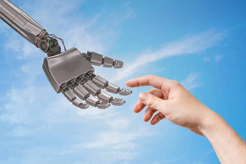 A mão do robô e a mão humana estão tocando Conceito da inteligência artificial e da cooperação fotos de stock royalty free