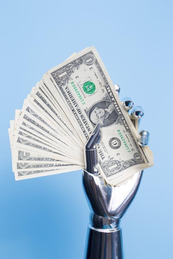 A mão do robô toma o dólar americano imagem de stock royalty free
