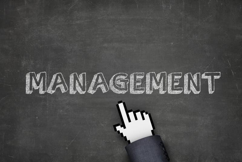Mão do ` s do homem de negócios com o ponteiro que aponta no texto da gestão fotografia de stock royalty free