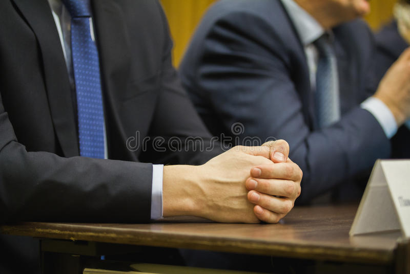 Mão do ` s do homem de negócios na conferência ou na reunião, conceito financeiro fotos de stock royalty free