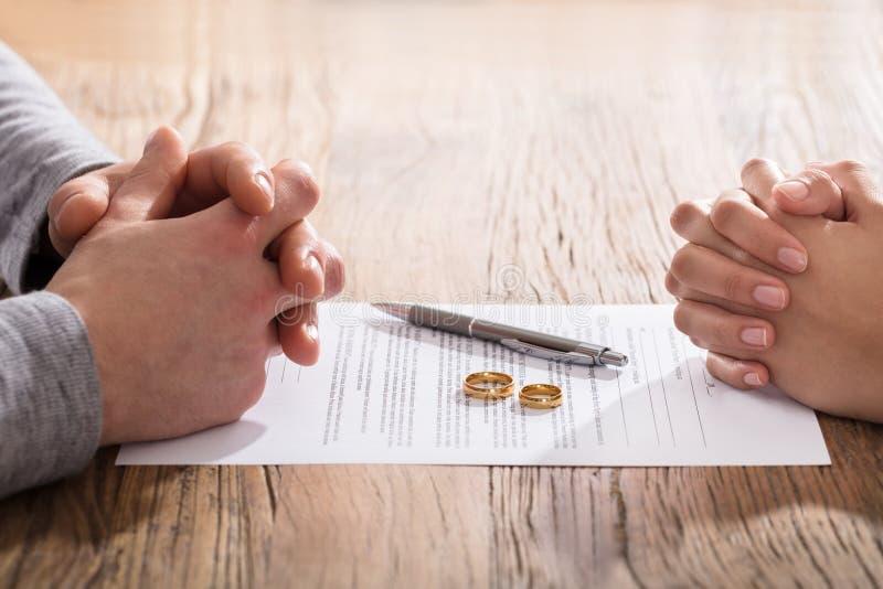 Mão do ` s dos pares no acordo do divórcio fotos de stock