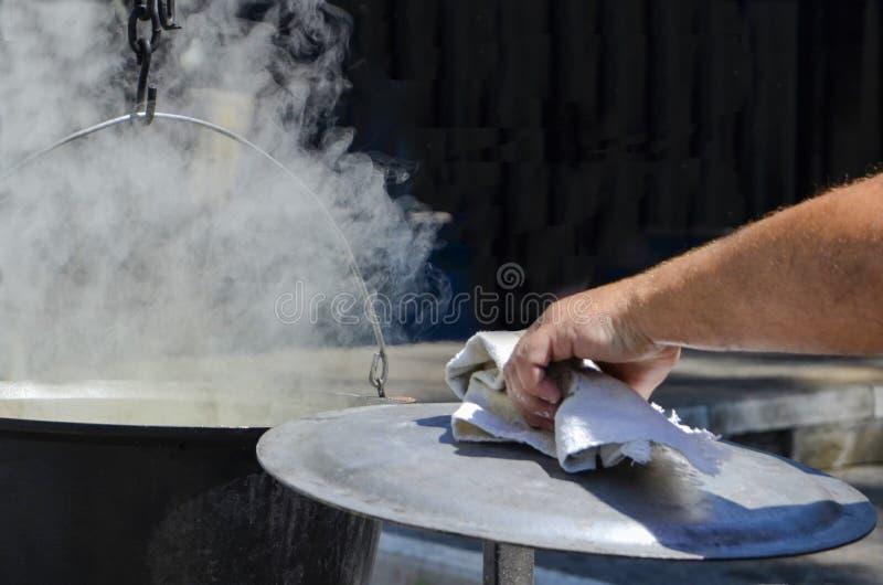 Mão do vapor quente aberto do potenciômetro do córrego do cozinheiro chefe fotos de stock royalty free