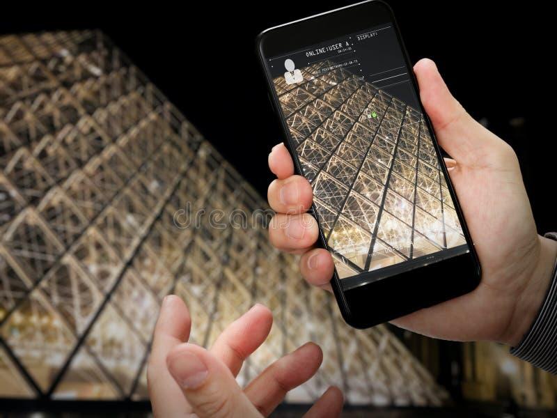Mão do viajante que toma uma foto da torre Eiffel fotografia de stock royalty free