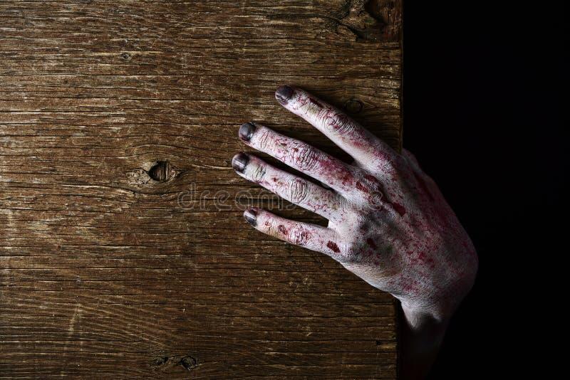 Mão do zombi estalando acima imagens de stock