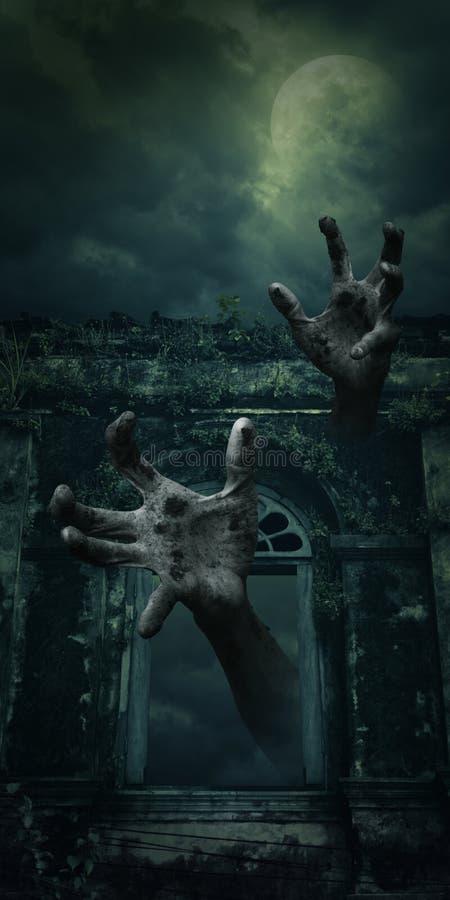 Mão do zombi que aumenta para fora da janela antiga assustador do castelo sobre o fu imagens de stock