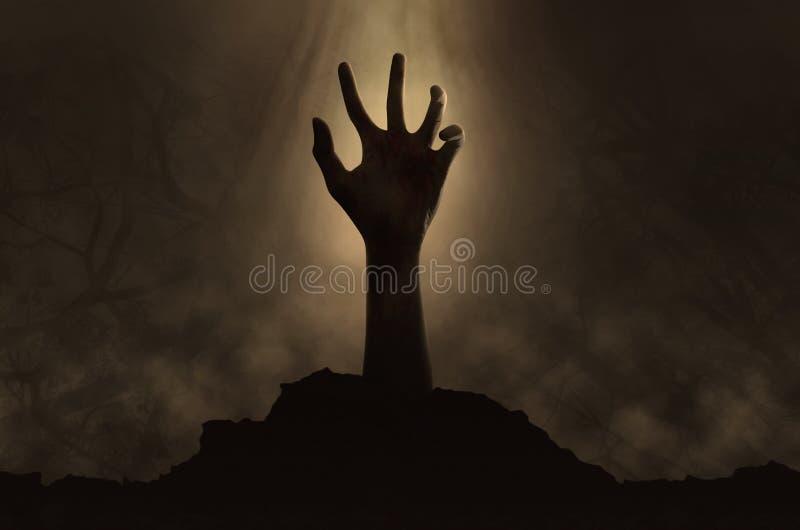 Mão do zombi que sai da sepultura imagem de stock royalty free