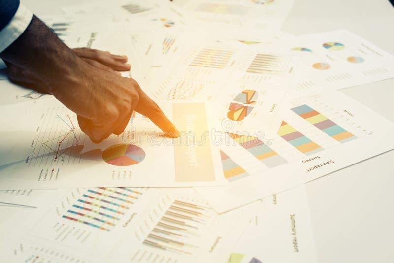Mão dos executivos novos que analisam o original do gráfico e da carta foto de stock royalty free