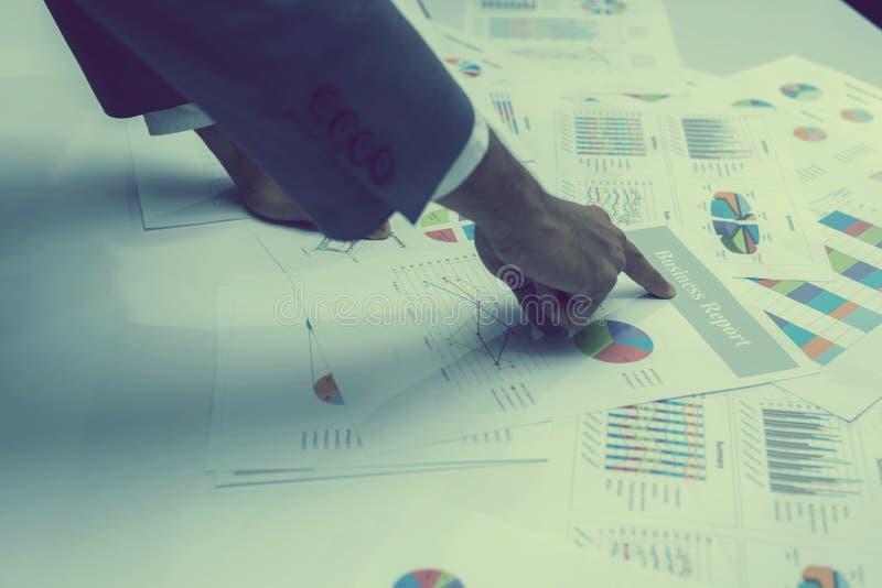 Mão dos executivos novos que analisam o original do gráfico e da carta imagem de stock royalty free