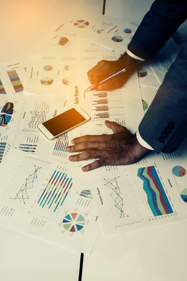 Mão dos executivos novos que analisam o original do gráfico e da carta fotos de stock royalty free