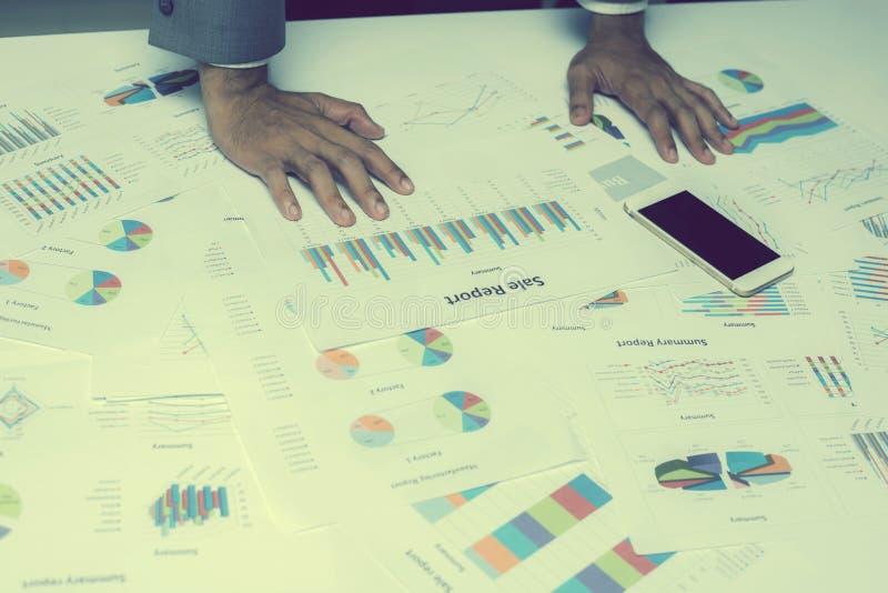 Mão dos executivos novos que analisam o original do gráfico e da carta fotografia de stock royalty free