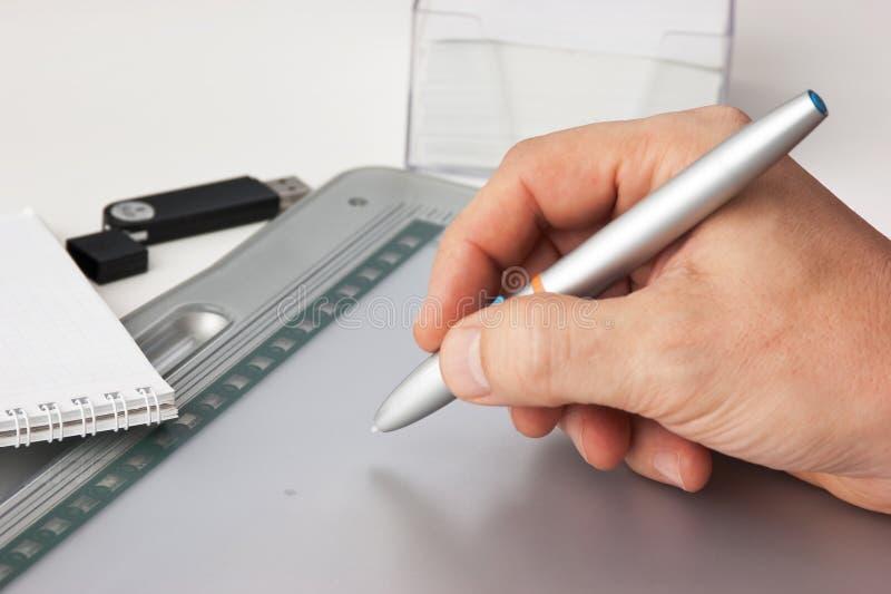A mão dos homens desenha fotos de stock