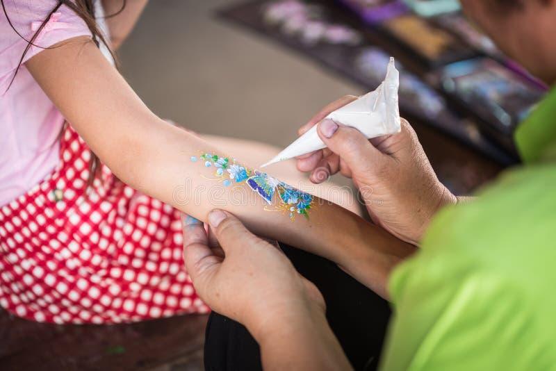 A mão dos povos que fazem a pintura da arte em crianças arma-se foto de stock royalty free