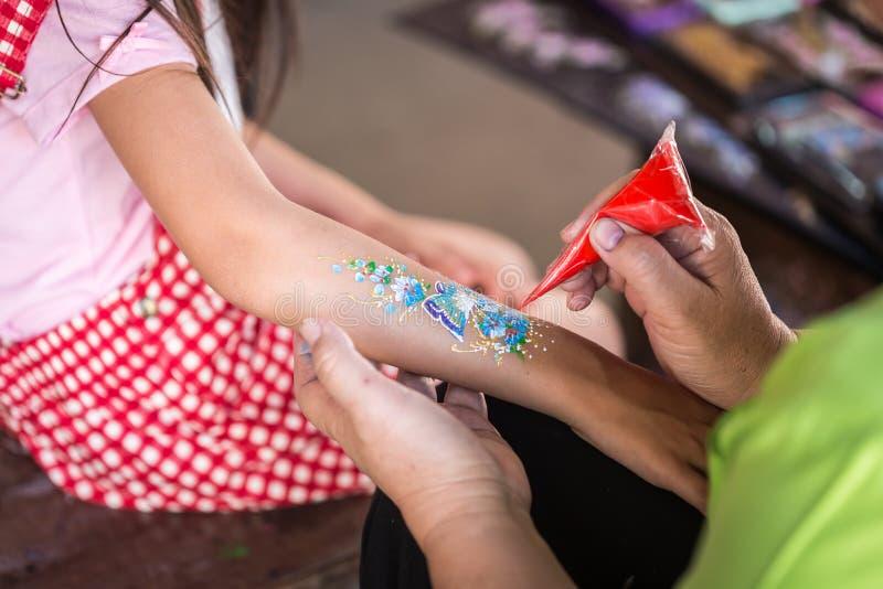 A mão dos povos que fazem a pintura da arte em crianças arma-se fotografia de stock royalty free
