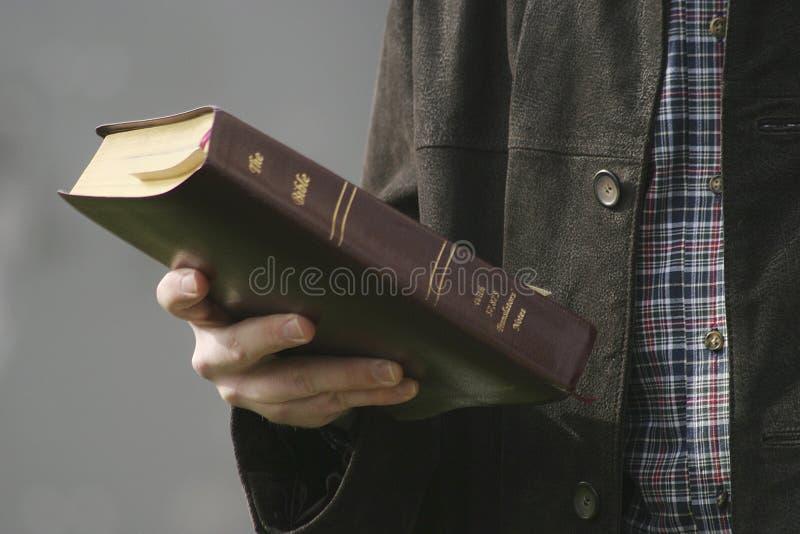 Mão e Bíblia fotos de stock royalty free