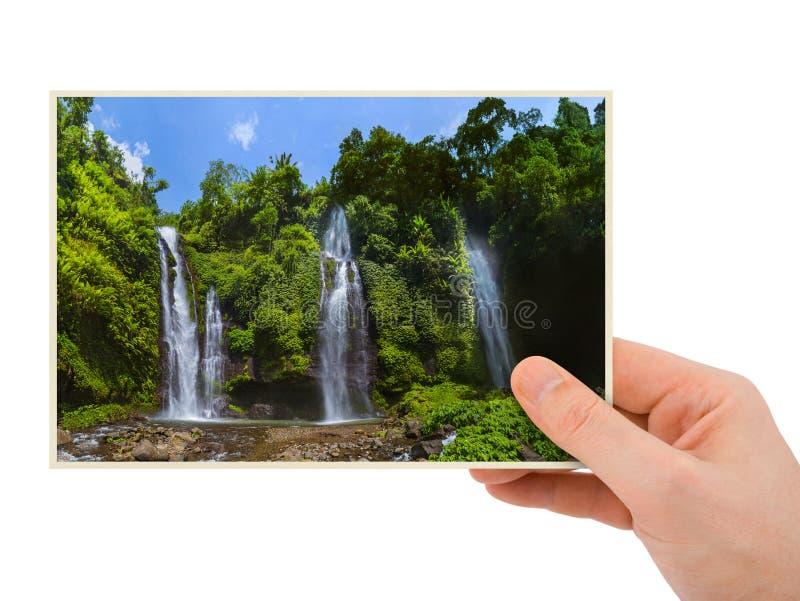 Mão e cachoeira de Sekumpul em Bali Indonésia minha foto foto de stock royalty free