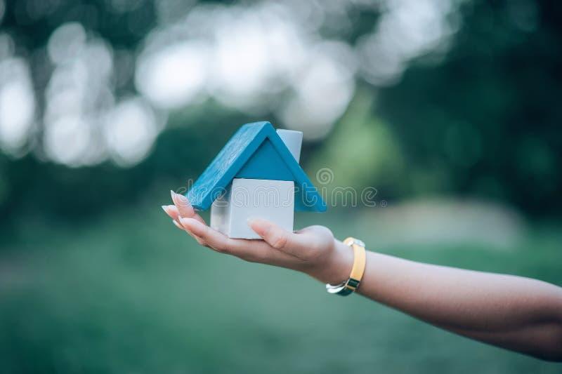 A mão e a casa da menina, a casa branca tomada imagens de stock royalty free