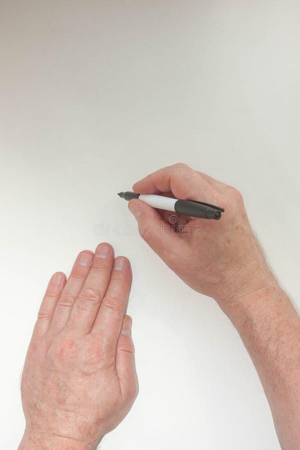 Mão e marcador A mão do ` s do homem escreve fotos de stock