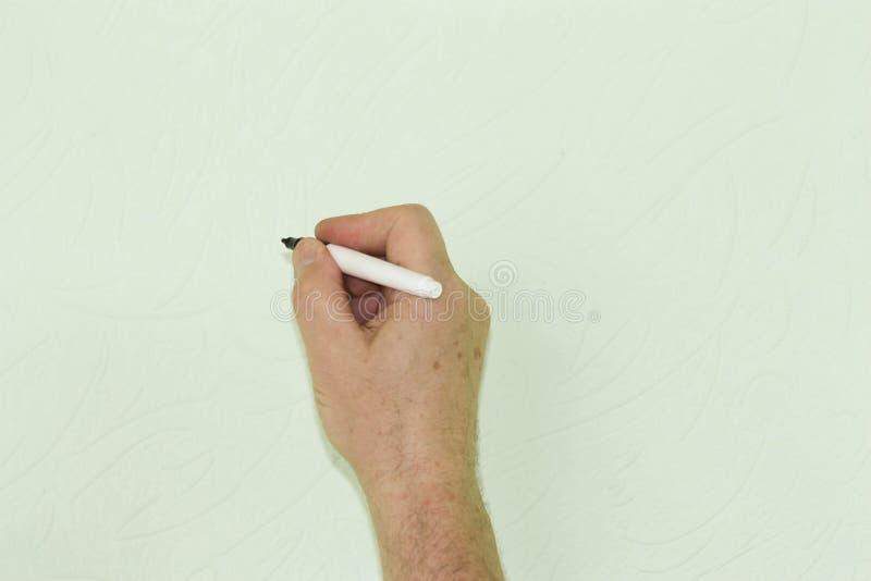 Mão e marcador A mão do ` s do homem escreve fotografia de stock