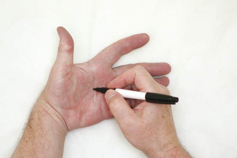Mão e marcador Uma escrita masculina da mão fotografia de stock