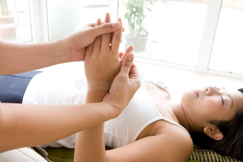 Mão e massagem de recepção pacientes dos dedos. foto de stock royalty free