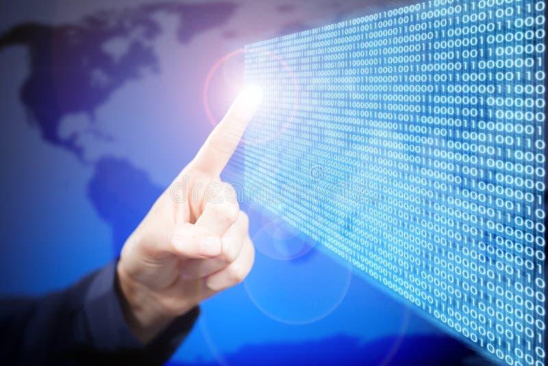 A mão e o tela táctil da mulher com código binário foto de stock