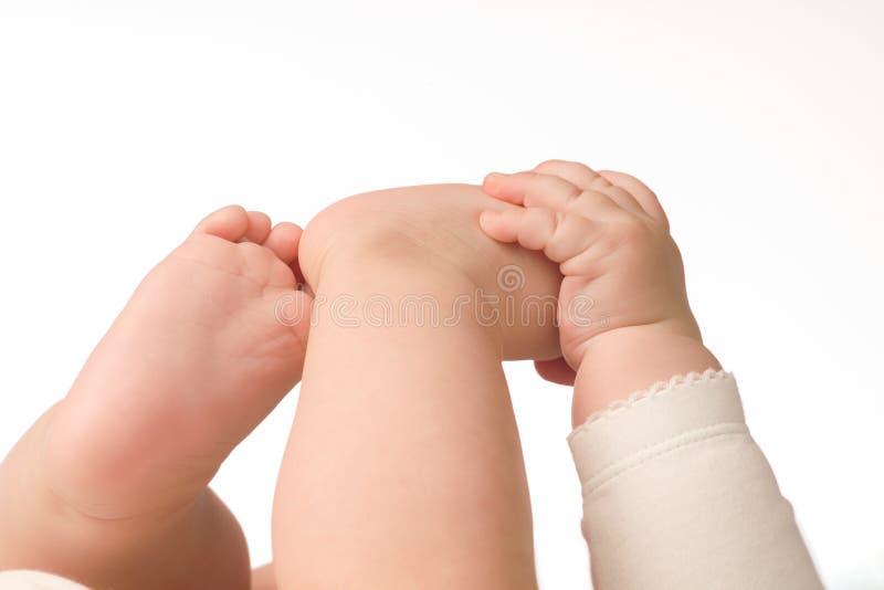Mão e pés pequenos do bebê fotos de stock