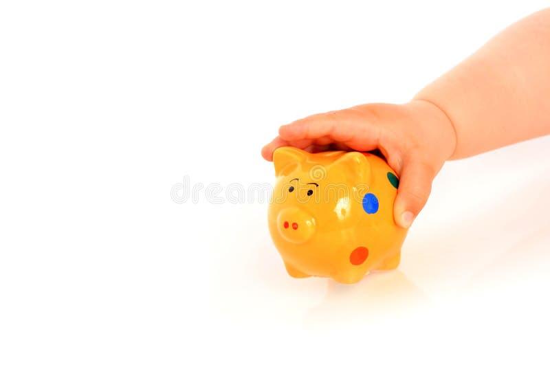 Mão e piggybank da criança. imagens de stock
