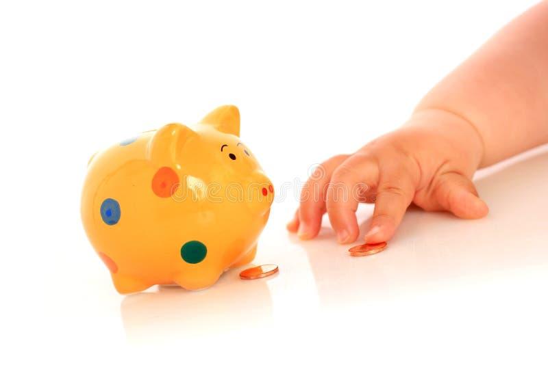 Mão e piggybank da criança. foto de stock royalty free