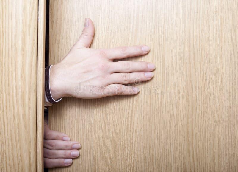 Mão e porta. foto de stock