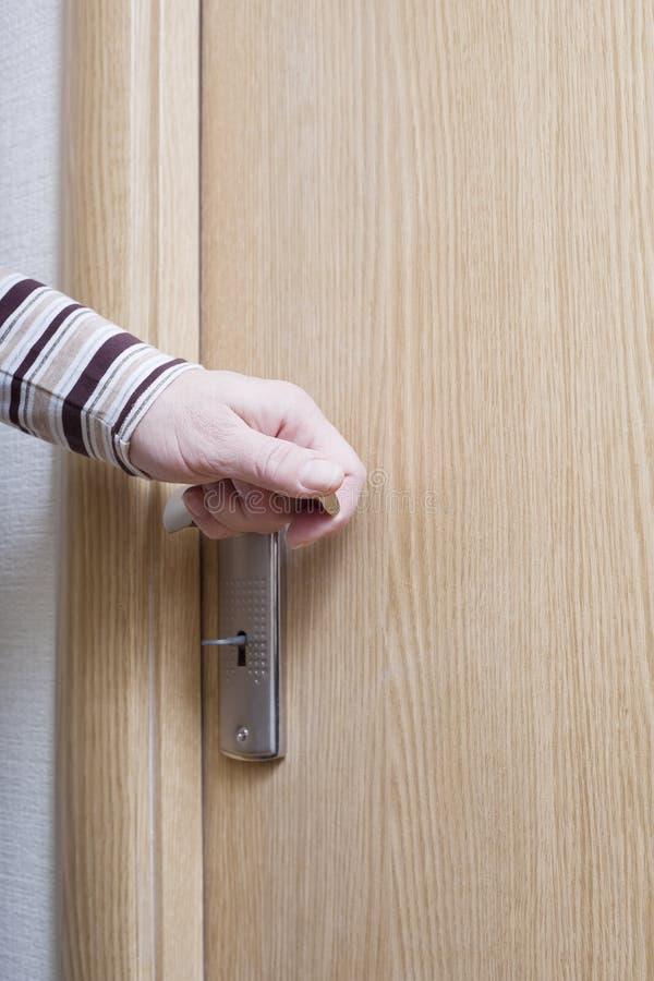 Mão e porta. fotos de stock