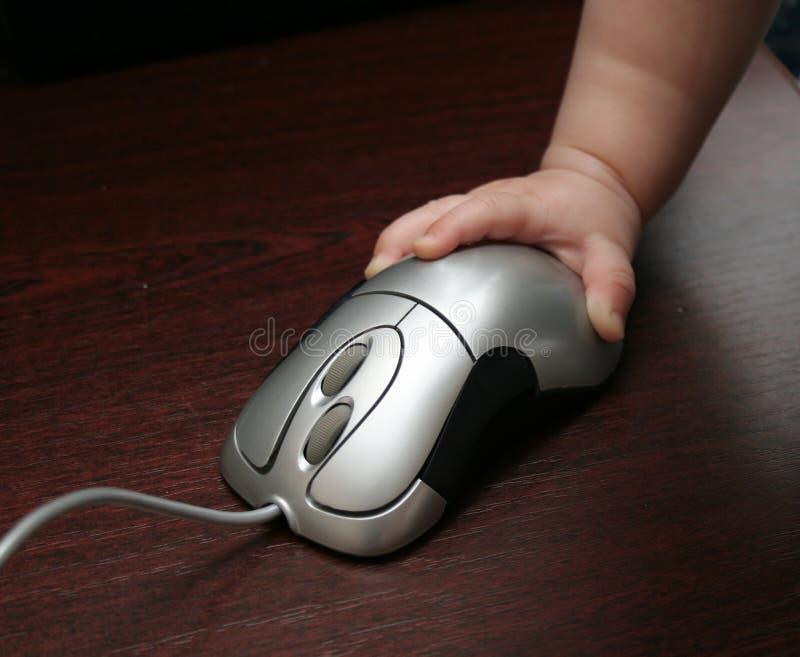 Mão e rato da criança imagem de stock