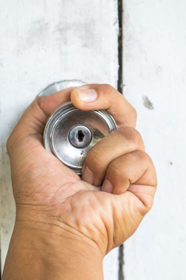 Mão em botões de porta velhos imagem de stock royalty free