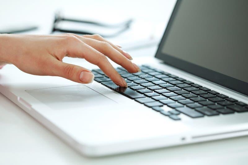 Mão em um teclado fotos de stock
