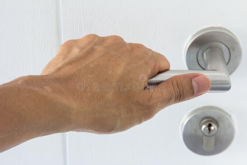 Mão em uma porta de madeira do punho fotografia de stock royalty free