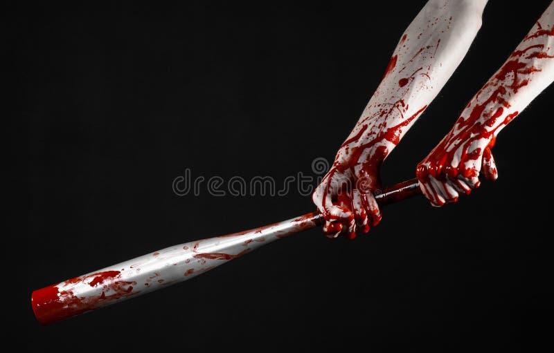 Mão ensanguentado que guarda um bastão de beisebol, um bastão de beisebol ensanguentado, bastão, esporte de sangue, assassino, zo imagens de stock royalty free