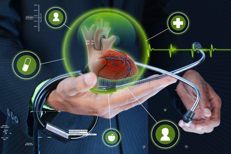 Mão esperta que mostra o coração e o estetoscópio humanos imagens de stock royalty free