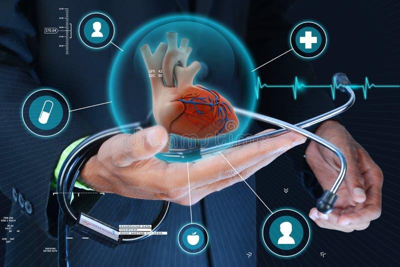 Mão esperta que mostra o coração e o estetoscópio humanos imagens de stock