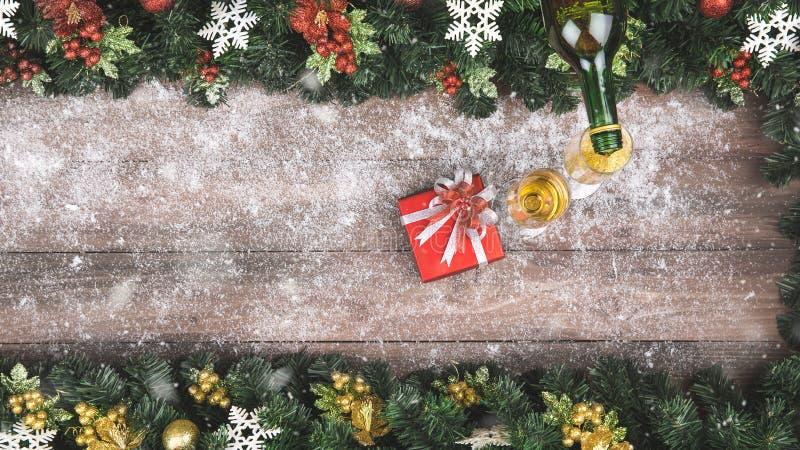 A mão está derramando o champanhe dentro ao vidro, Natal para decorar no bor imagem de stock